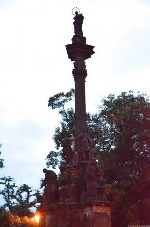 чумной столб со статуей Девы Марии