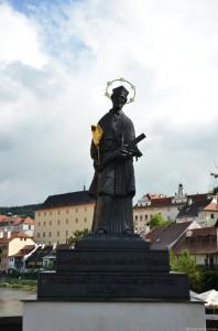 Скульптура на мосту через реку Влтава